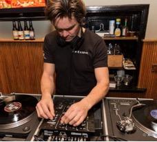 Chris draait vinyl tijdens VRIJMIBO
